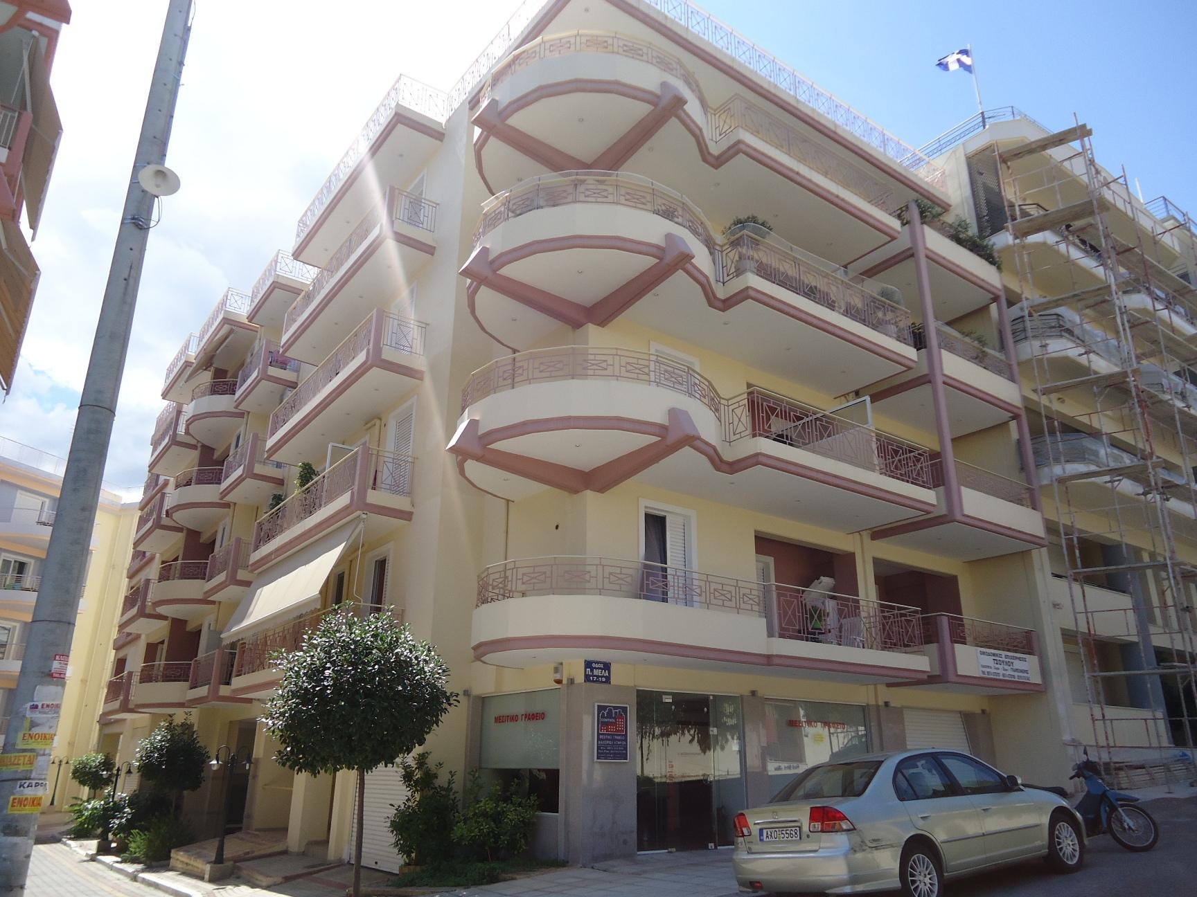 Οδός Παύλου Μελά 17,19-Αίγιο: Συγκρότημα τριών τετραόροφων κτιρίων διαμερισμάτων κατοικιών με κλειστές θέσεις στάθμευσεις στη Πυλωτή